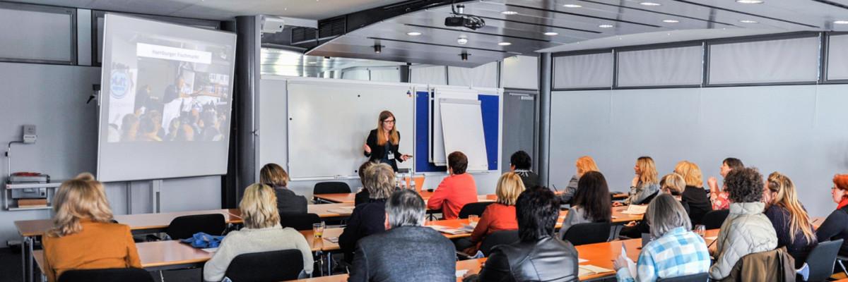 Ute Klingelhöfer von contentwerk in einem Fachforum über Social Media bei der IHK Karlsruhe